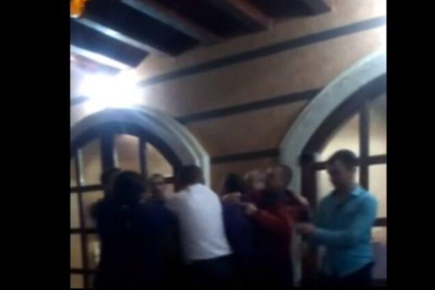 На Закарпатье депутаты устроили пьяную драку с оружием на детском празднике: появилось видео