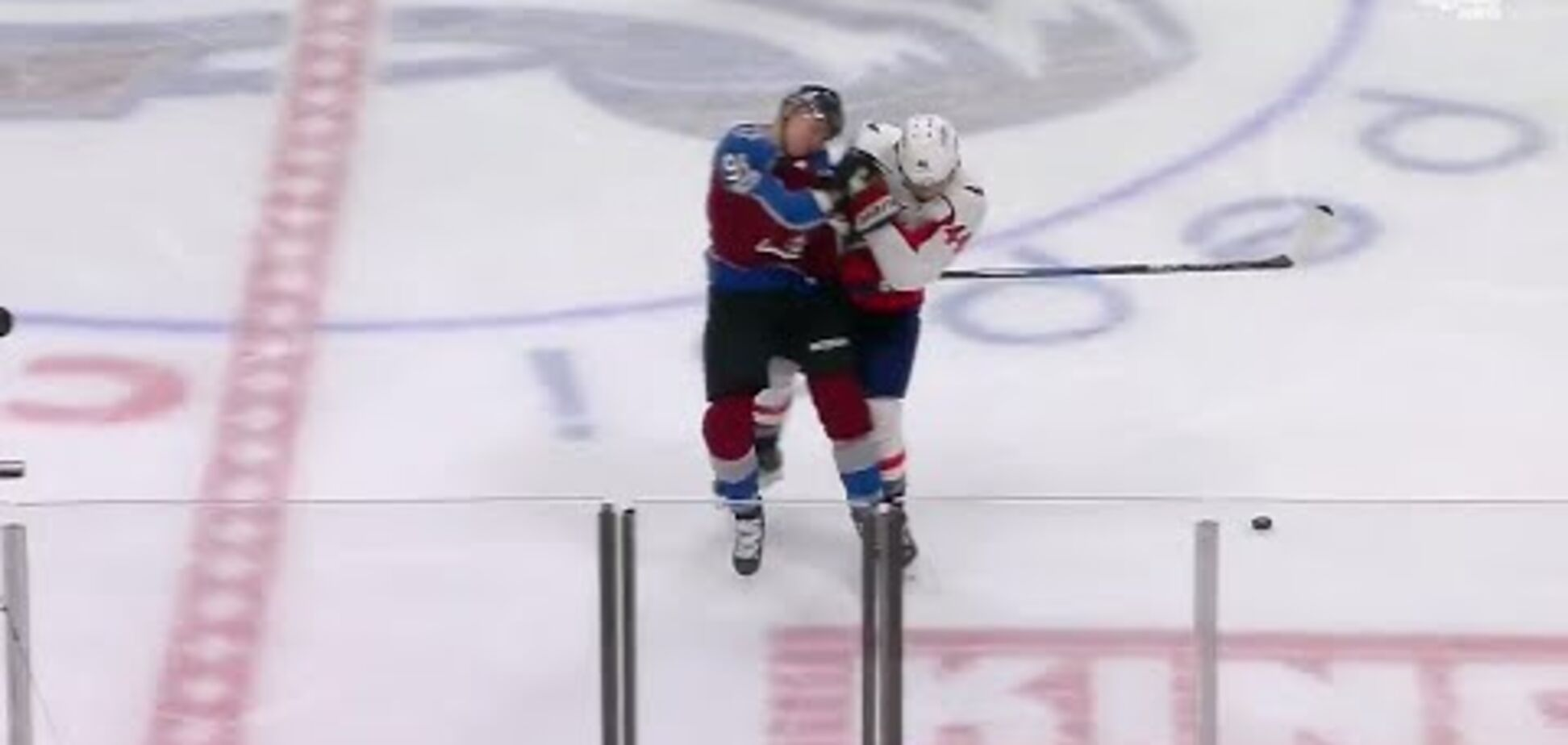 Російського хокеїста вирубили у дебютному матчі НХЛ забійним прийомом: опубліковано відео