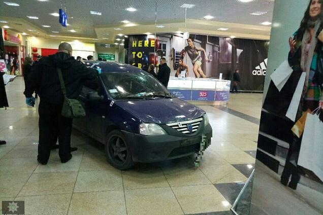 78ceea3112e1 Водителя, который заехал на автомобиле в супермаркет в Харькове, отстранили  от управления автомобилем на время расследования.