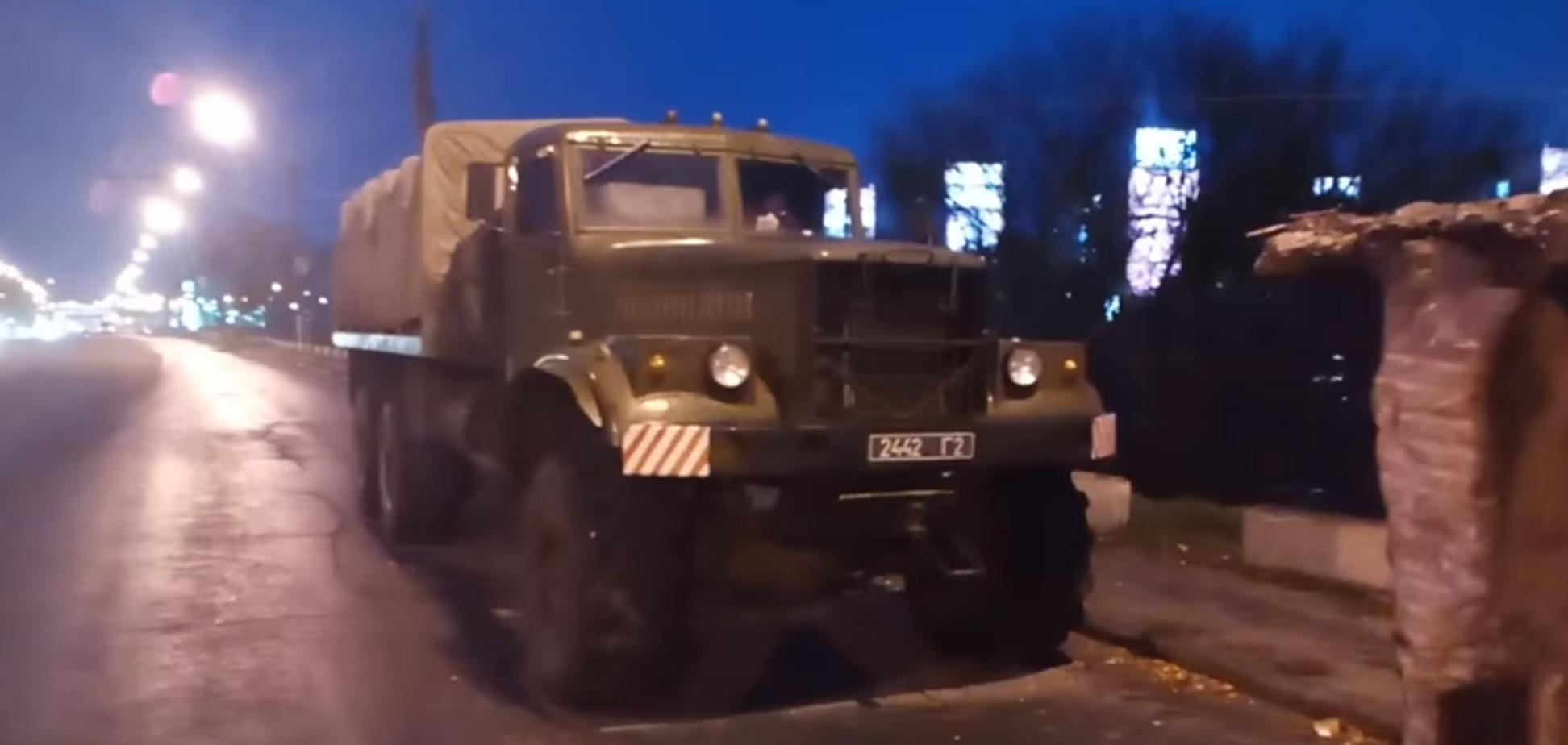 В Днепре солдат заметили на стройке моста: появилось видео