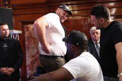 'Как свинья'. Фьюри шокировал внешним видом на вечере бокса в Монако