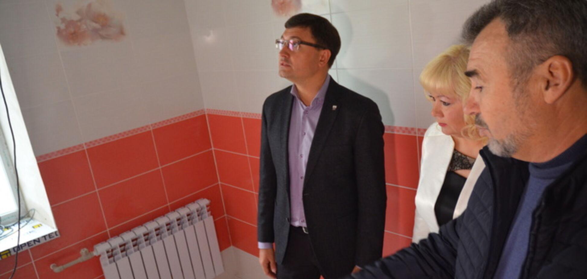 Инспекция ремонта в школьных туалетах Мариуполя
