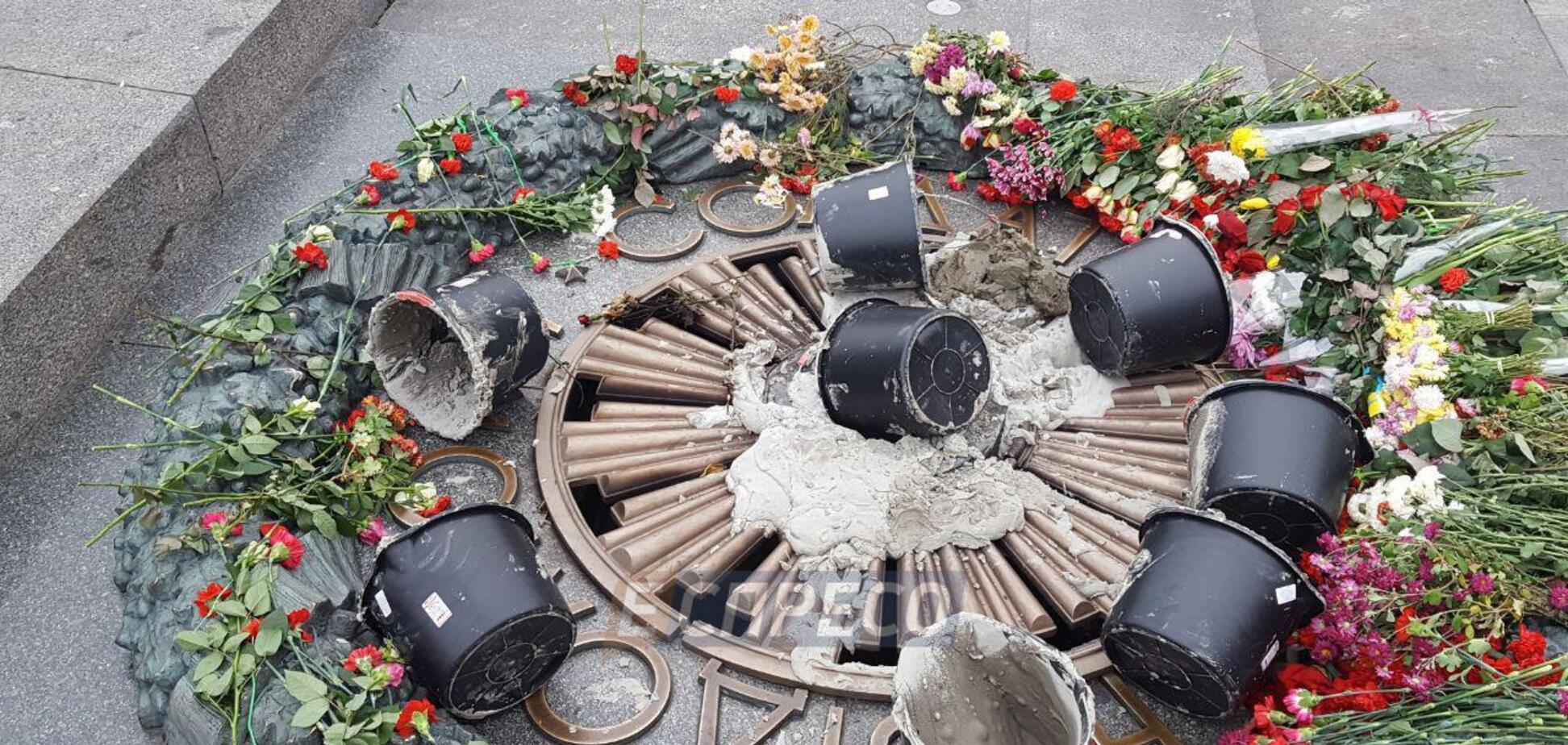 В Киеве залили цементом Вечный огонь: опубликованы фото