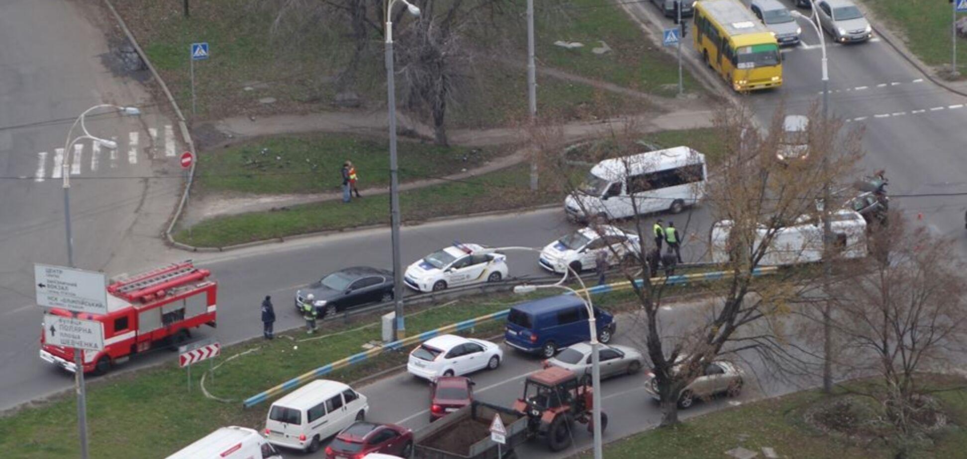 В Киеве джип протаранил микроавтобус: опубликованы фото с места масштабного ДТП