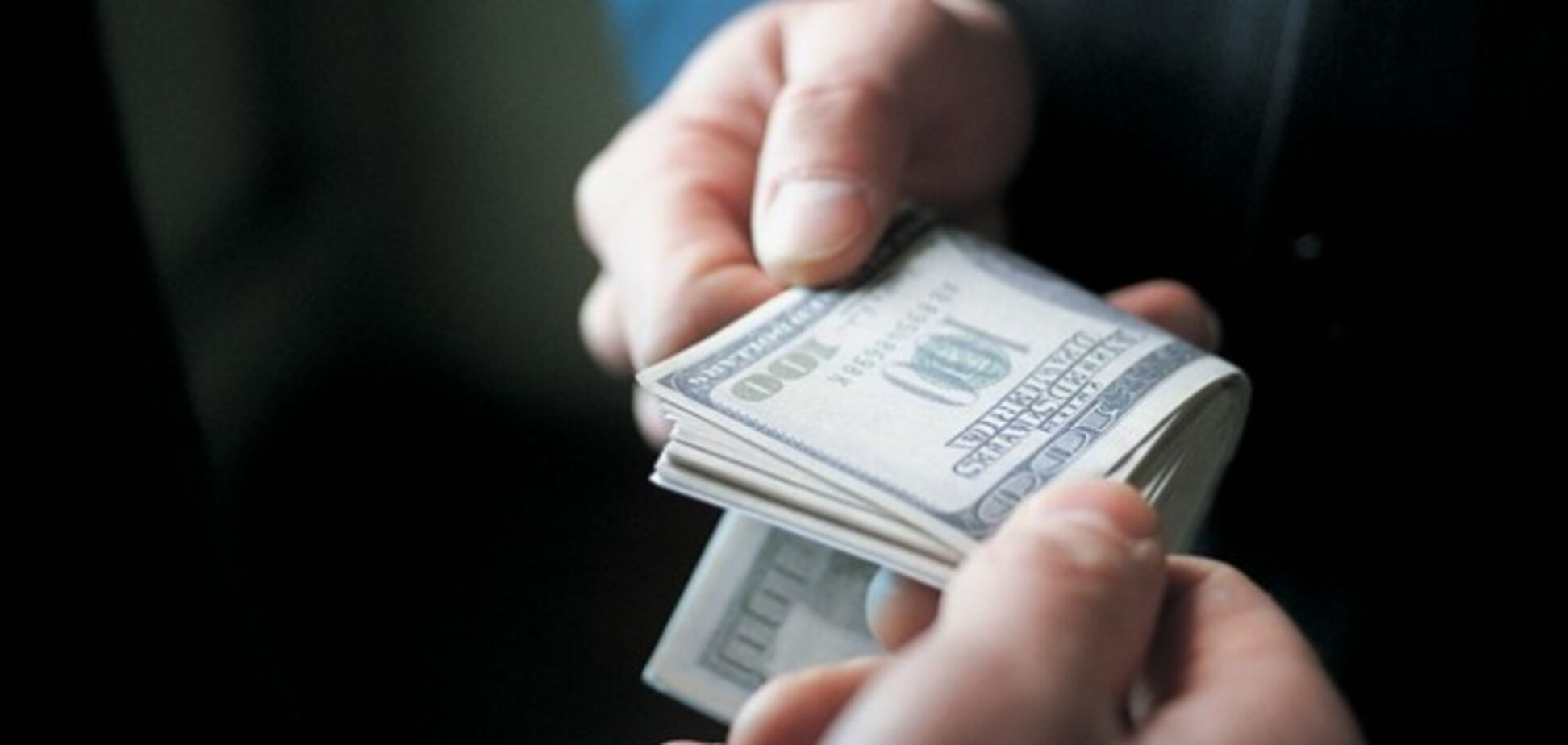 В Запорожье полицейский получил взятку в несколько тысяч долларов