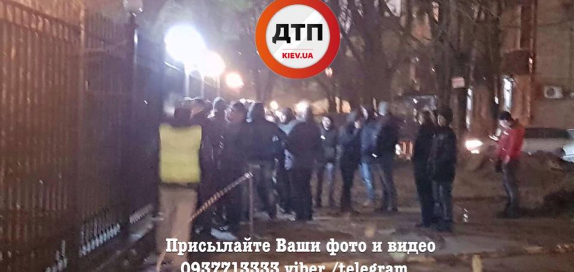 У Києві водії на 'євробляхах' влаштували блокаду райвідділу поліції: з'явилися фото і відео
