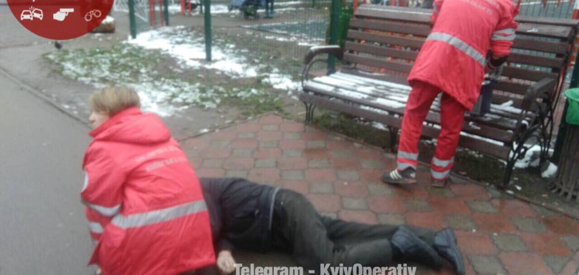 На Київщині у всіх на очах помер чоловік