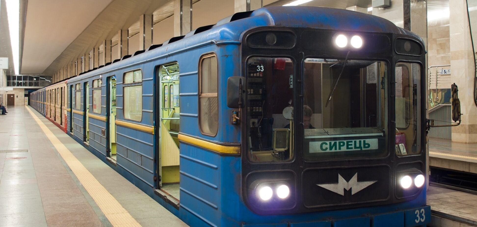 Голий чоловік у Києві спробував викрасти потяг: опубліковано відео