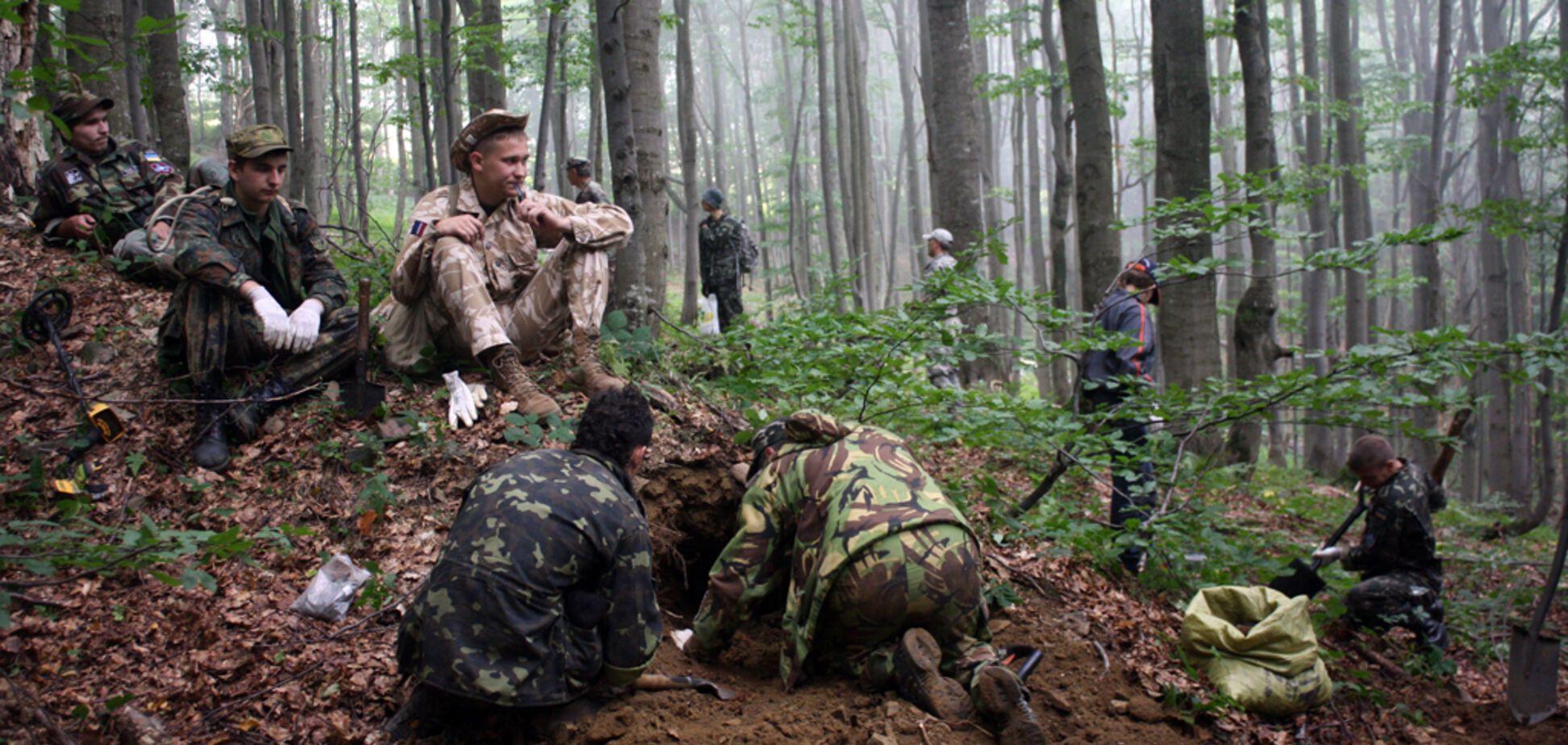 Польща закликала до ексгумації тіл на кордоні з Україною: історик пояснив мету