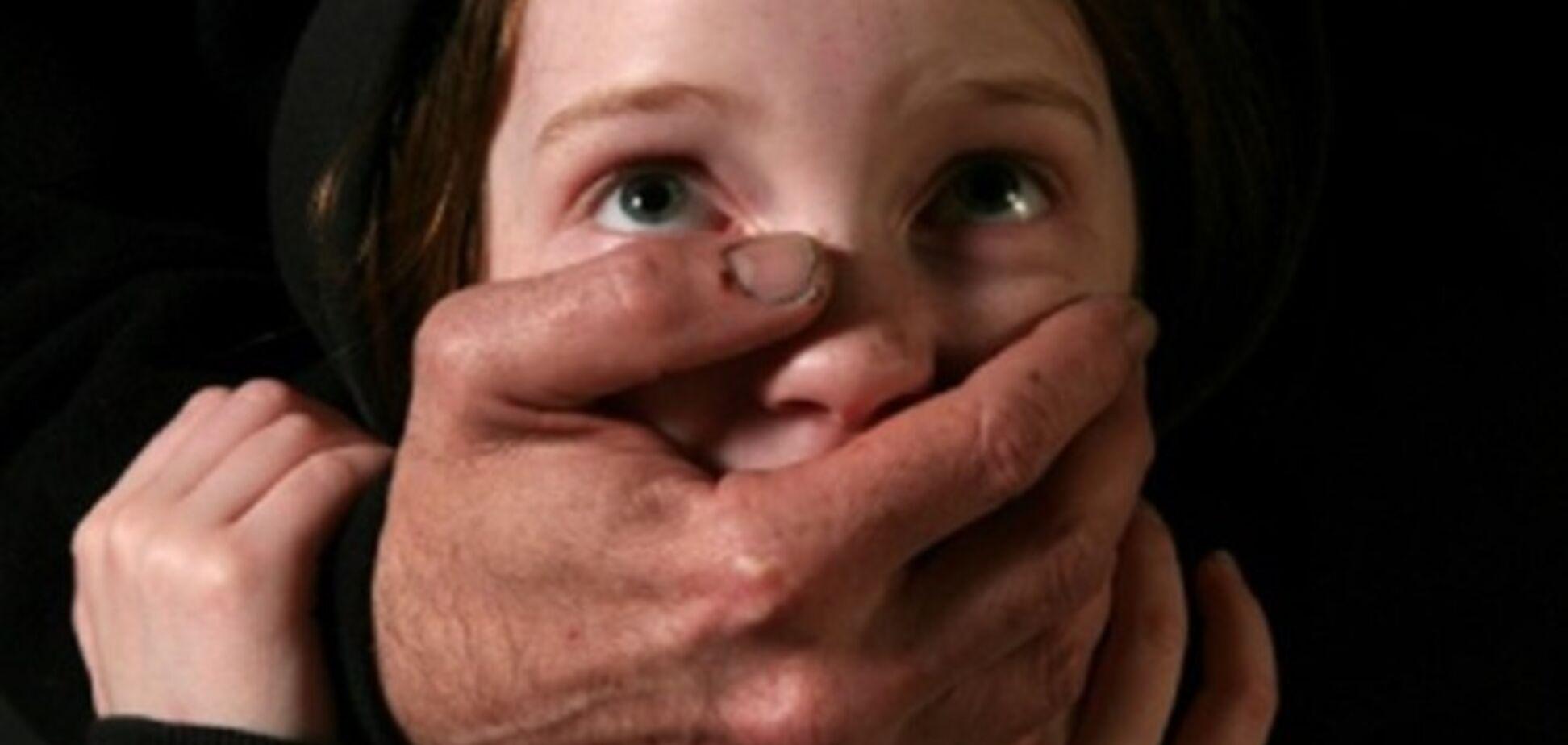 На очах у братика: в Рівному педофіл познущався над двома дівчатками