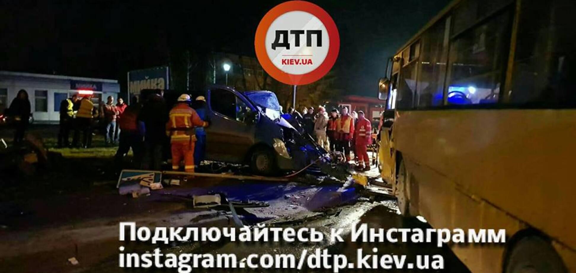 В Киеве маршрутка попала в жуткое ДТП. Опубликованы фото и видео