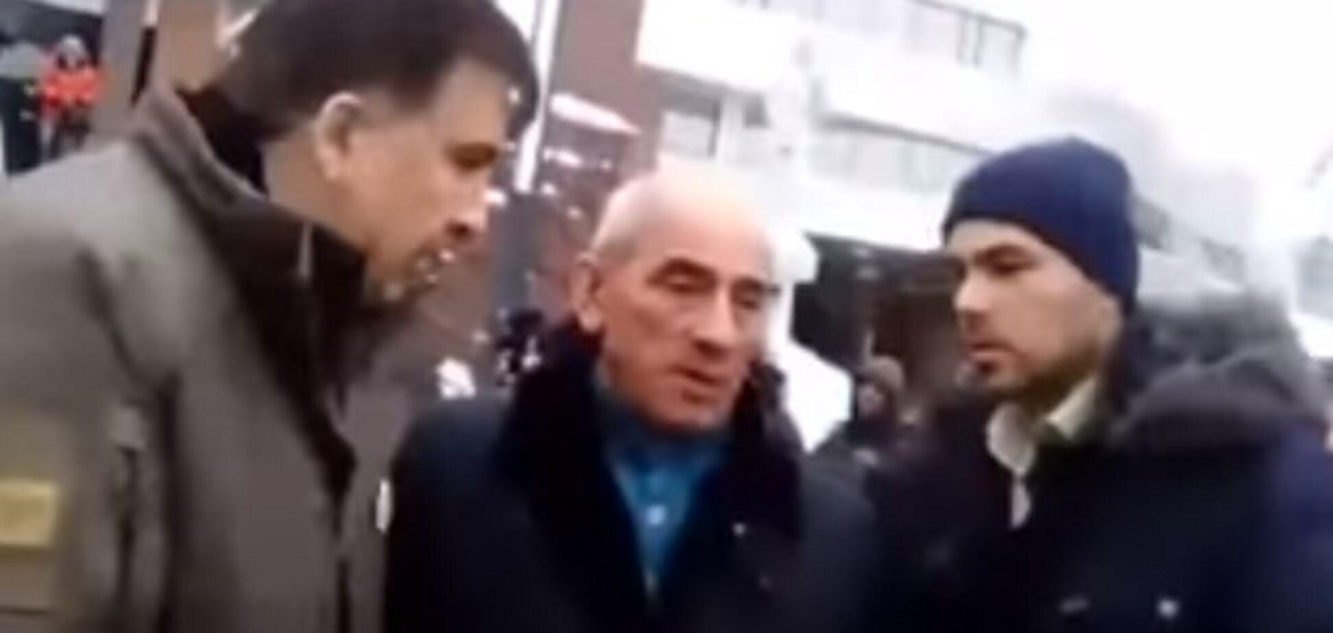 'Вас будут судить!' Саакашвили со скандалом не принял повестку СБУ