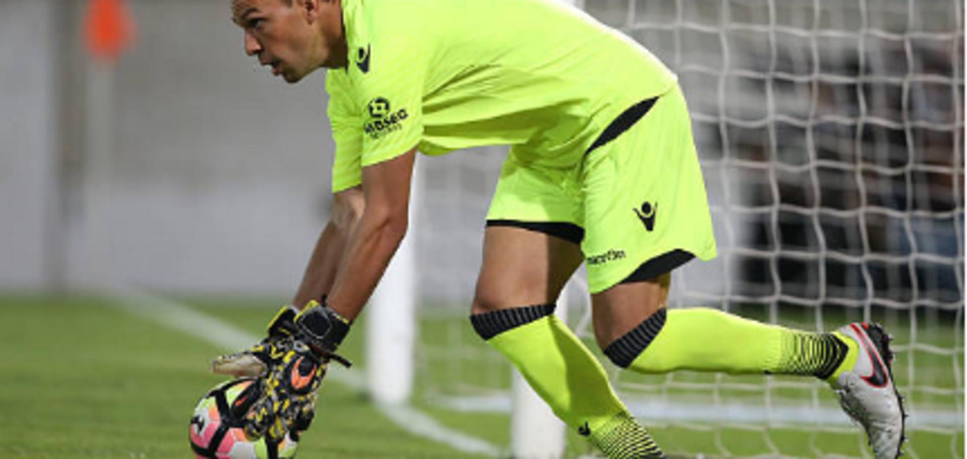 Бразильский вратарь допустил убойный ляп во время матча: видео конфуза