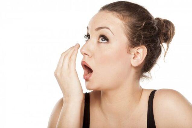 Ученые назвали причину неприятного запаха изо рта
