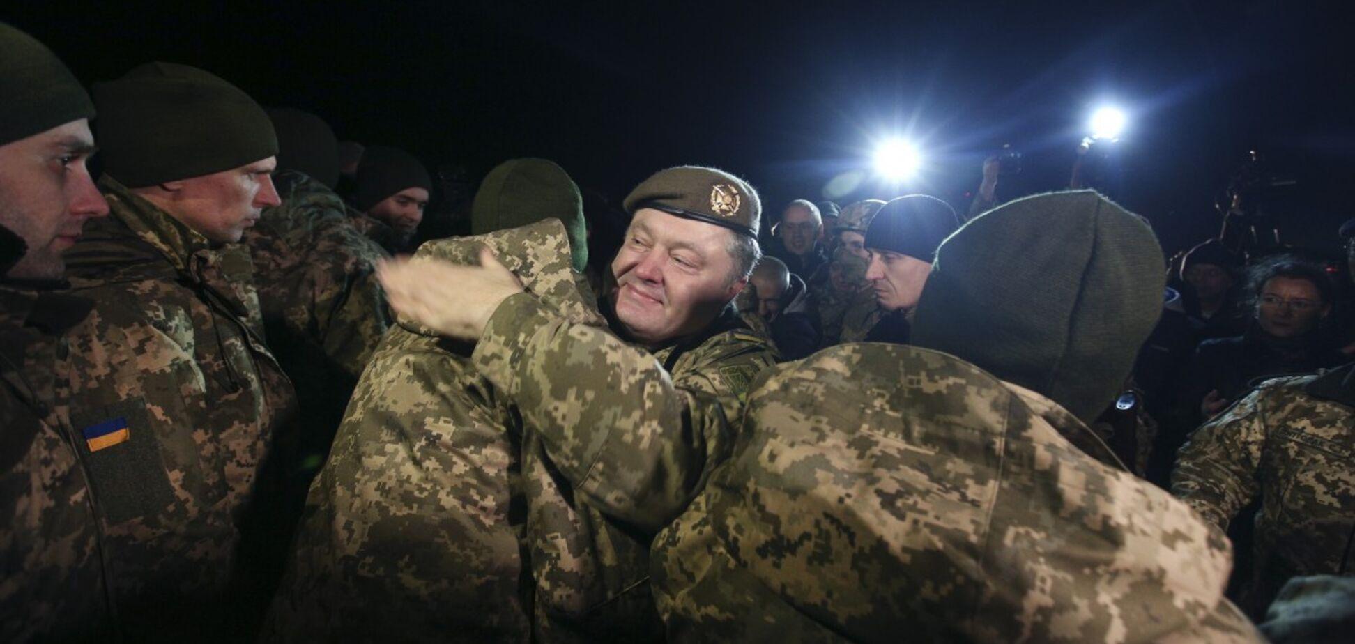 'Боролися і будемо боротися': Порошенко зустрів на Донбасі звільнених полонених