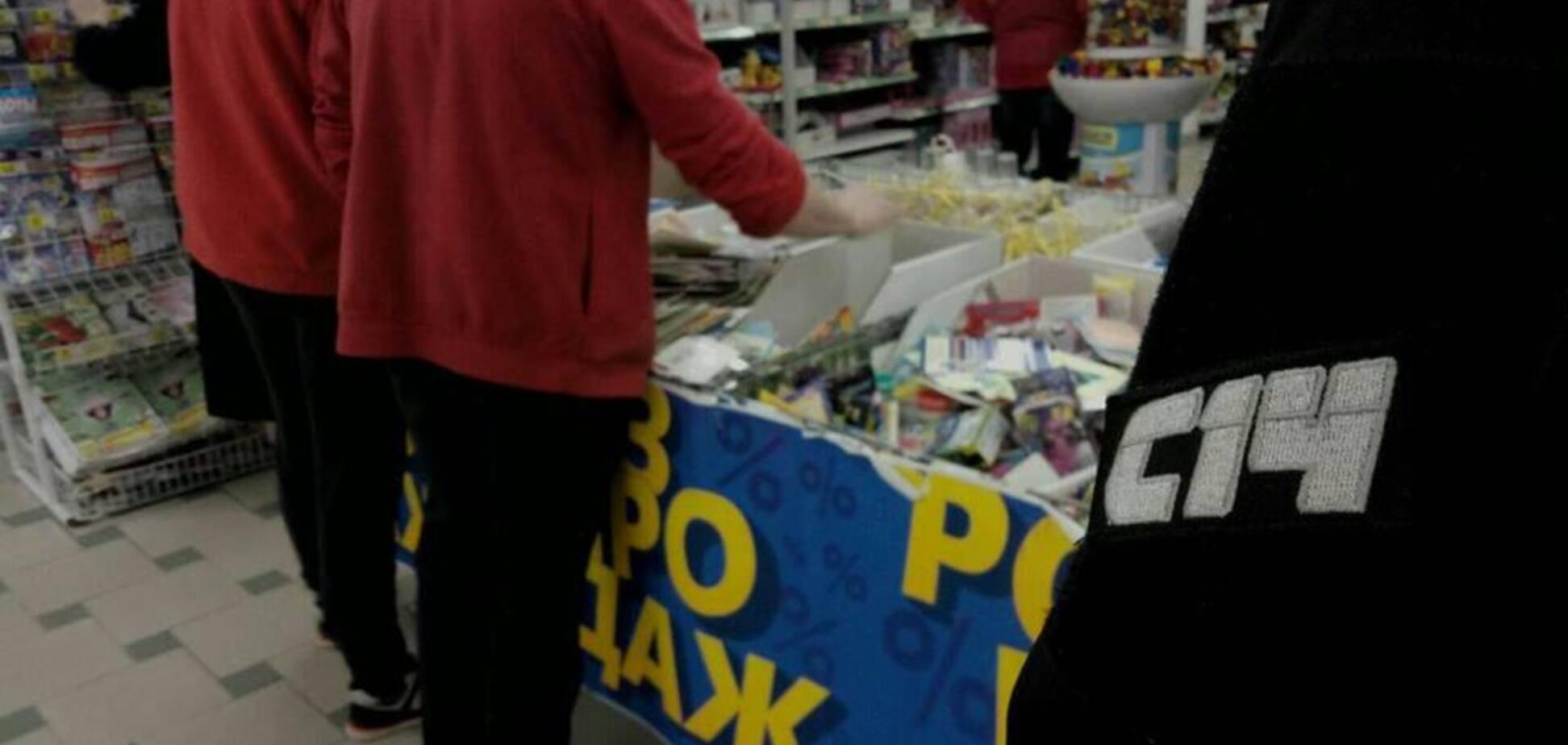 С триколором и 'колорадкой': в Днепре супермаркет 'поздравлял' всех с 23 февраля