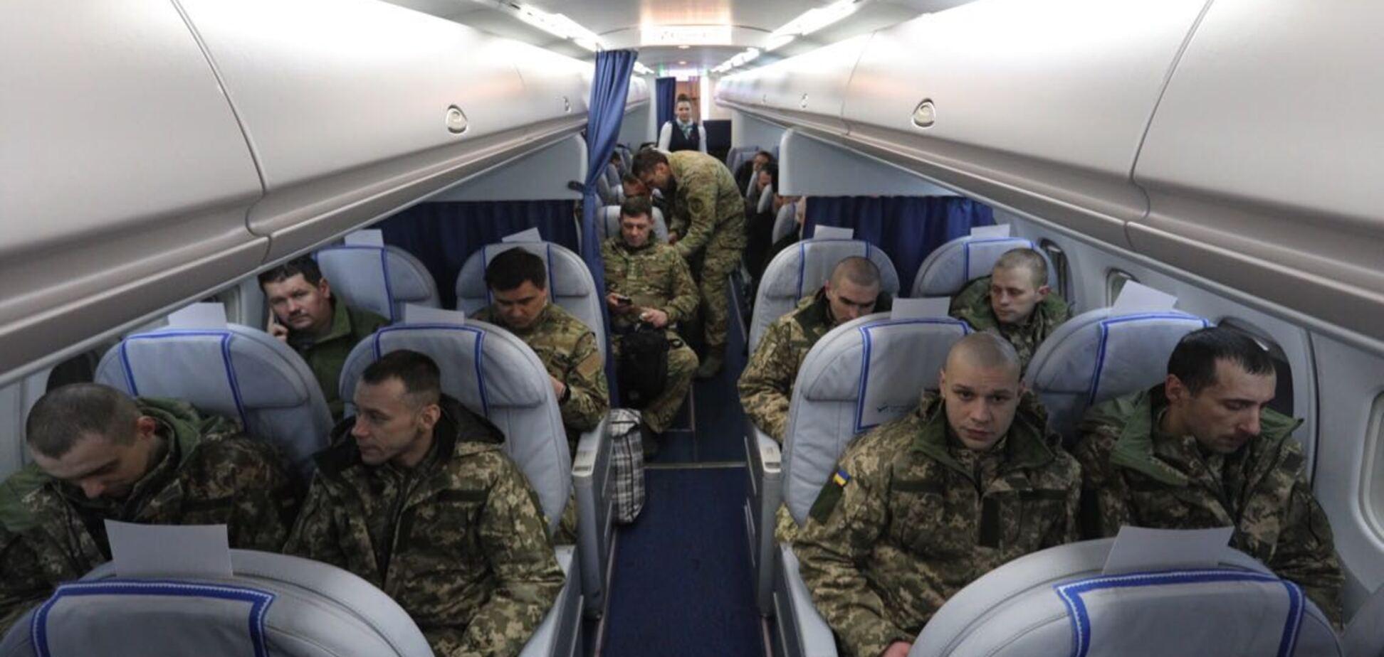 'Герої!' Звільнених українських полонених доставили до Києва: опубліковане відео