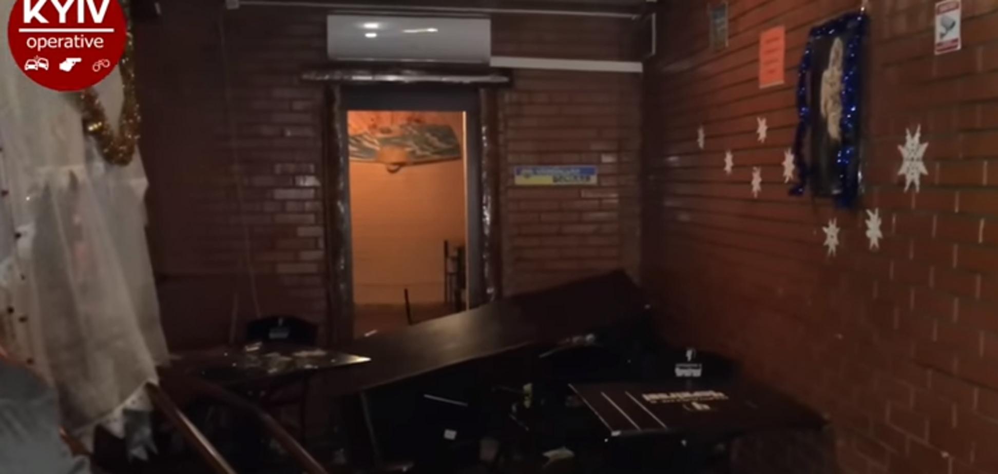 В Киеве Деды Морозы в черном разгромили 'пивнушку'