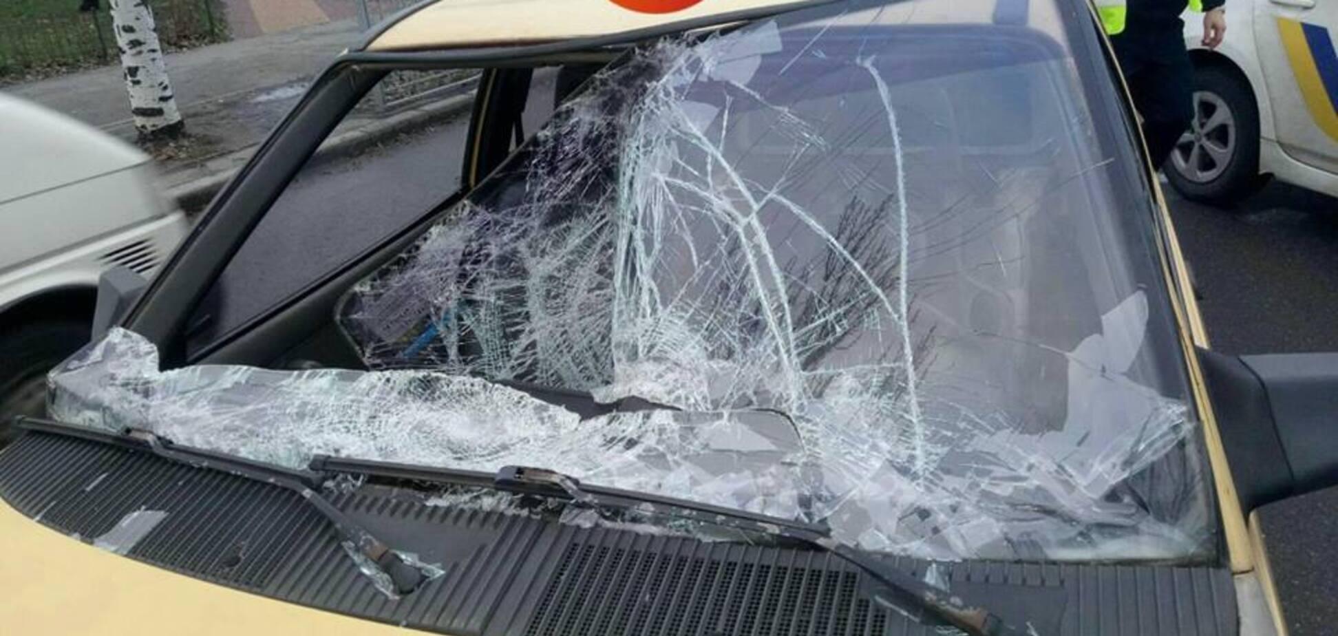 У Києві п'яний чоловік кинувся під машину: опубліковано страшне відео
