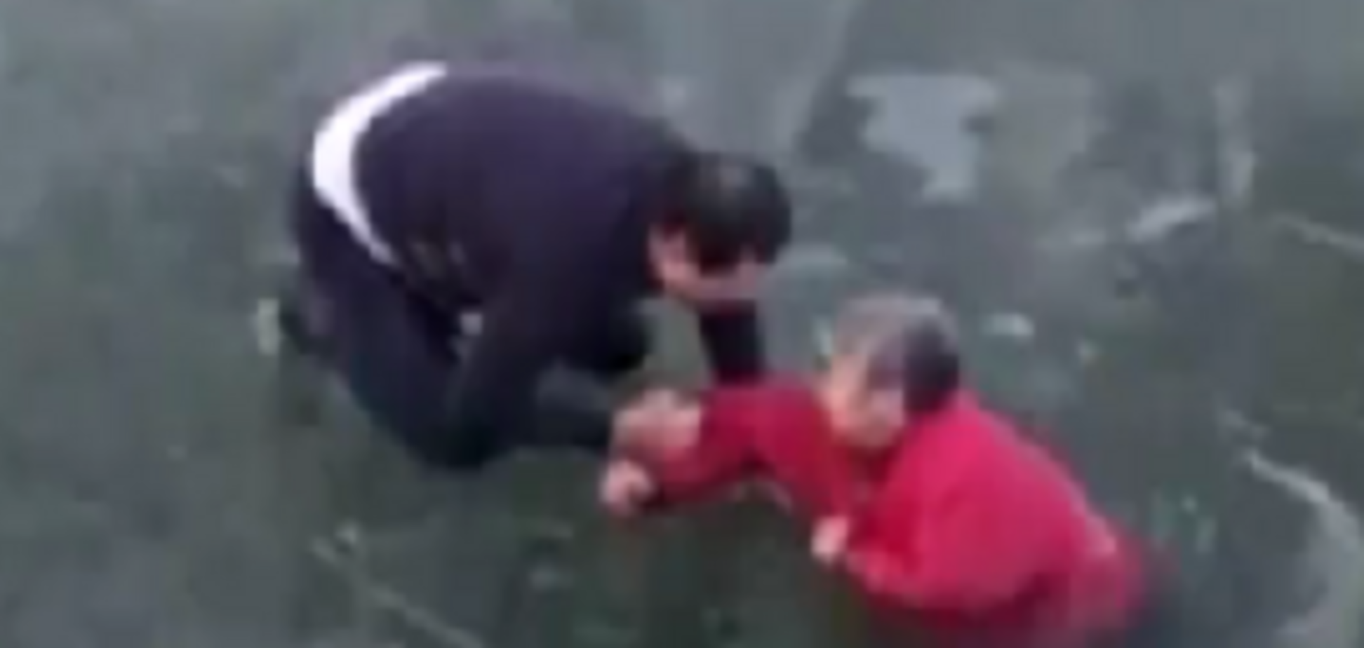 Разбивал лед голыми руками: сеть поразило видео чудо-спасения утопающей женщины