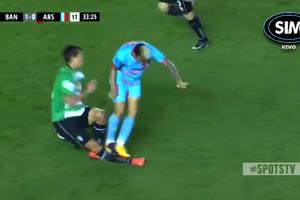 Аргентинский футболист прыгнул двумя ногами на лежащего соперника: опубликовано видео