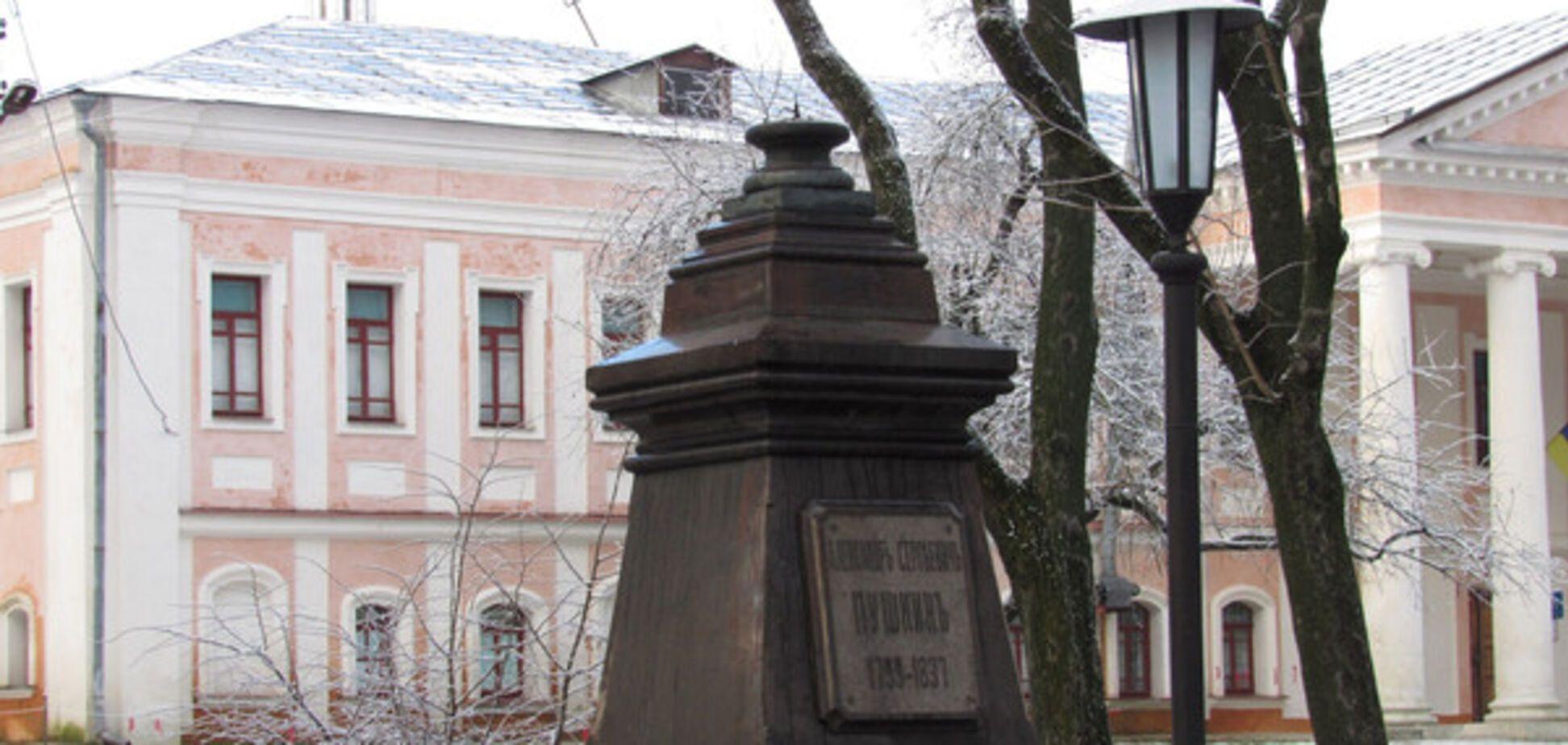 'Нужно казнить': дерзкое нападение вандалов на памятник в Чернигове разъярило сеть