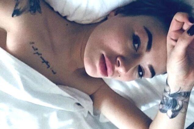 Украинская певица на постельном фото засветила новое тату