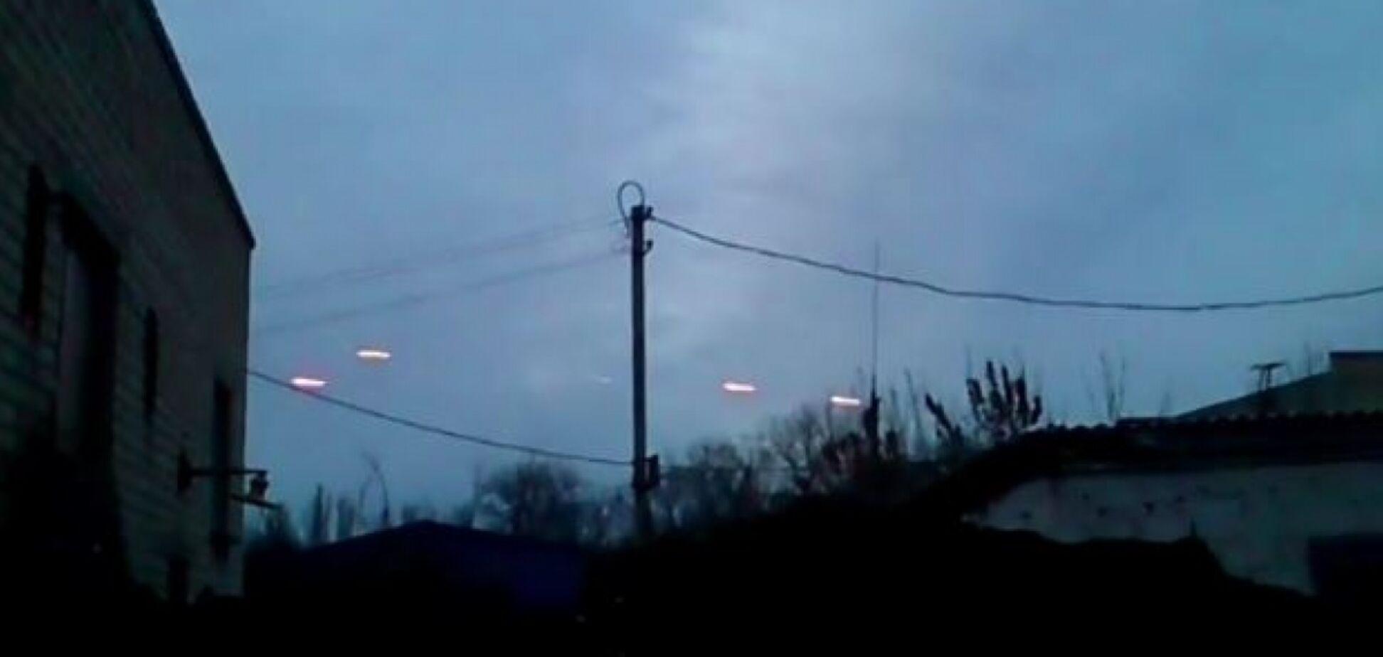 Небо розривалося: у мережу потрапило відео масштабного обстрілу на Донбасі