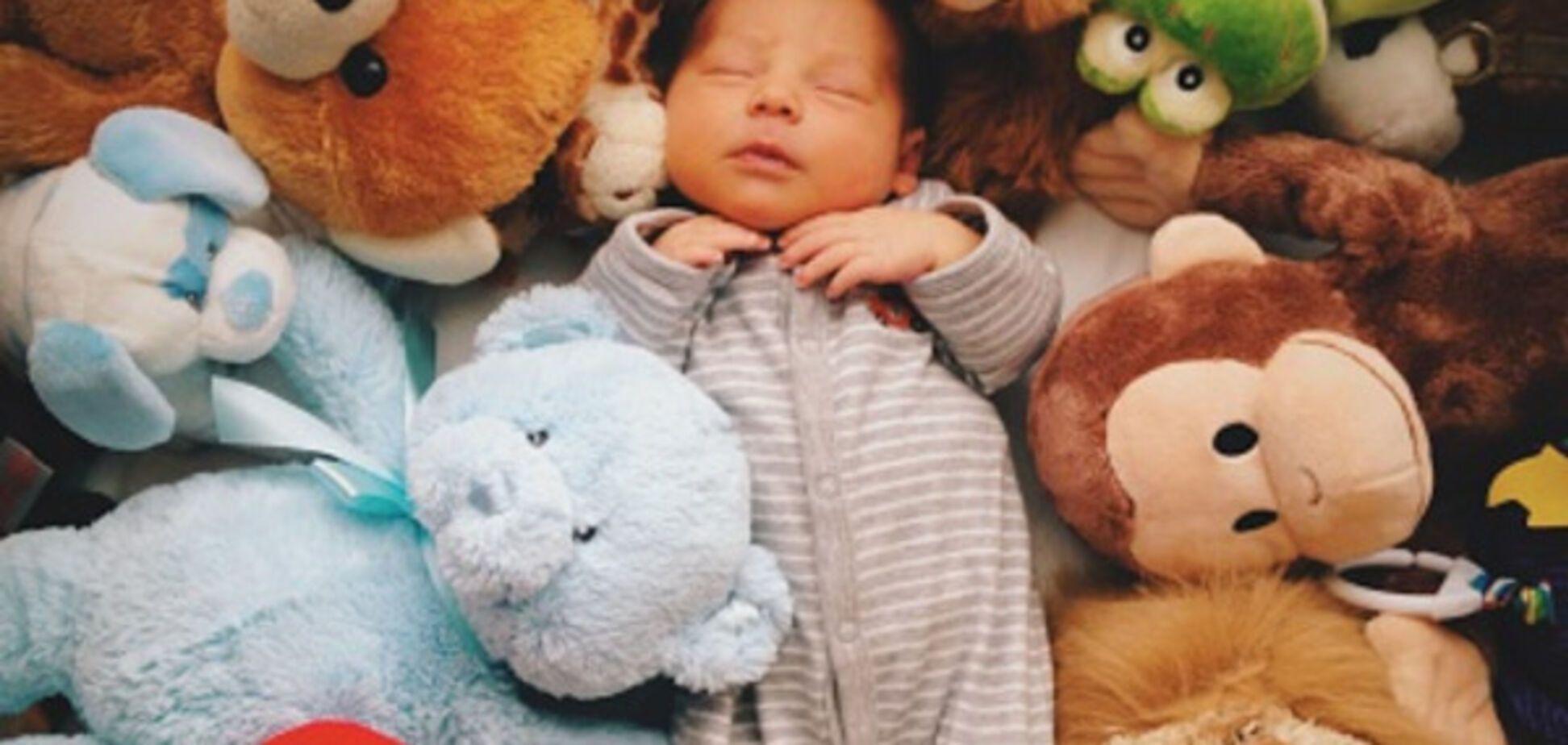 Коли сон підкрався непомітно: соцмережу підкорило відео зі сплячими дітьми