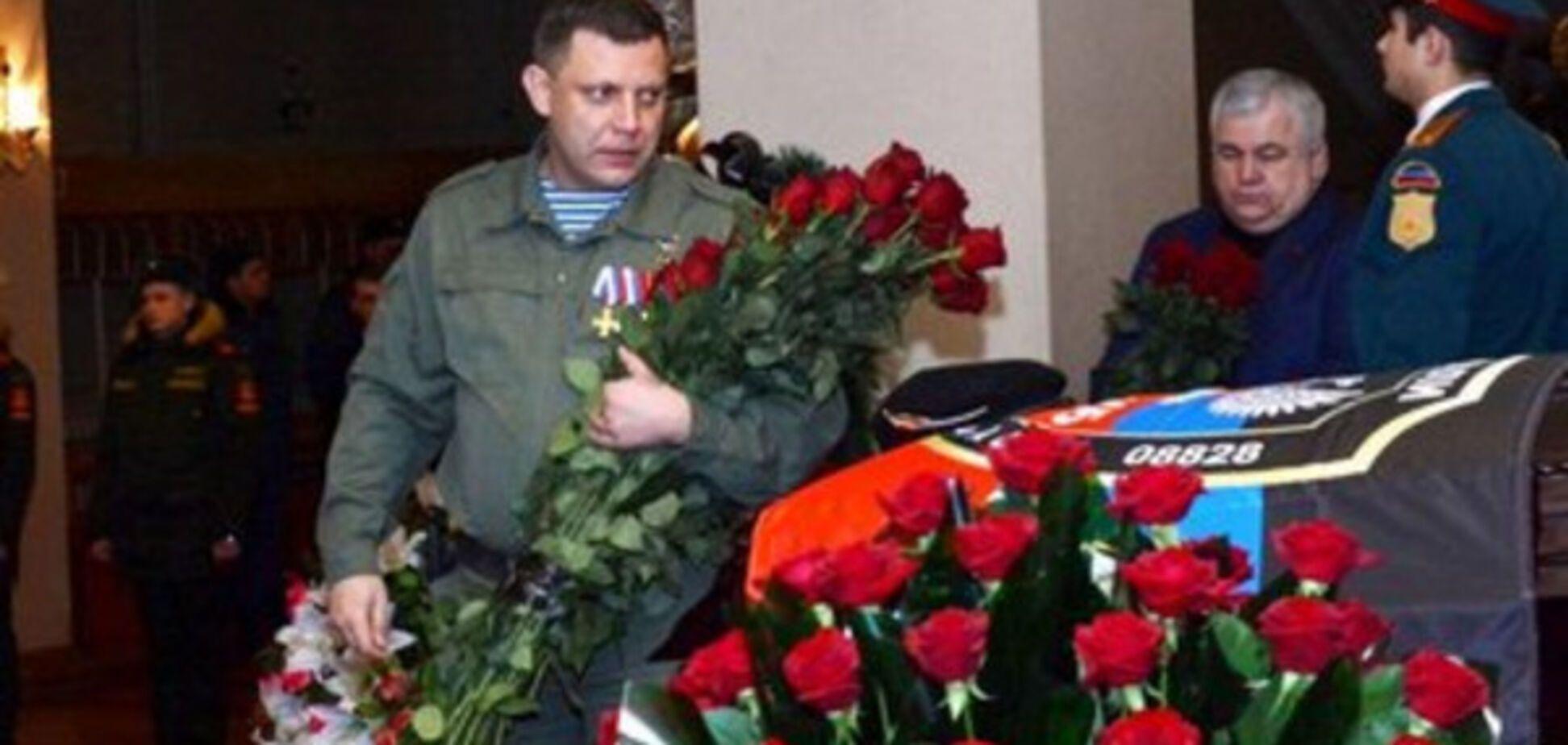 Похорон Гіві: в соцмережі побачили, як ватажок 'ДНР' 'зловив квіти'