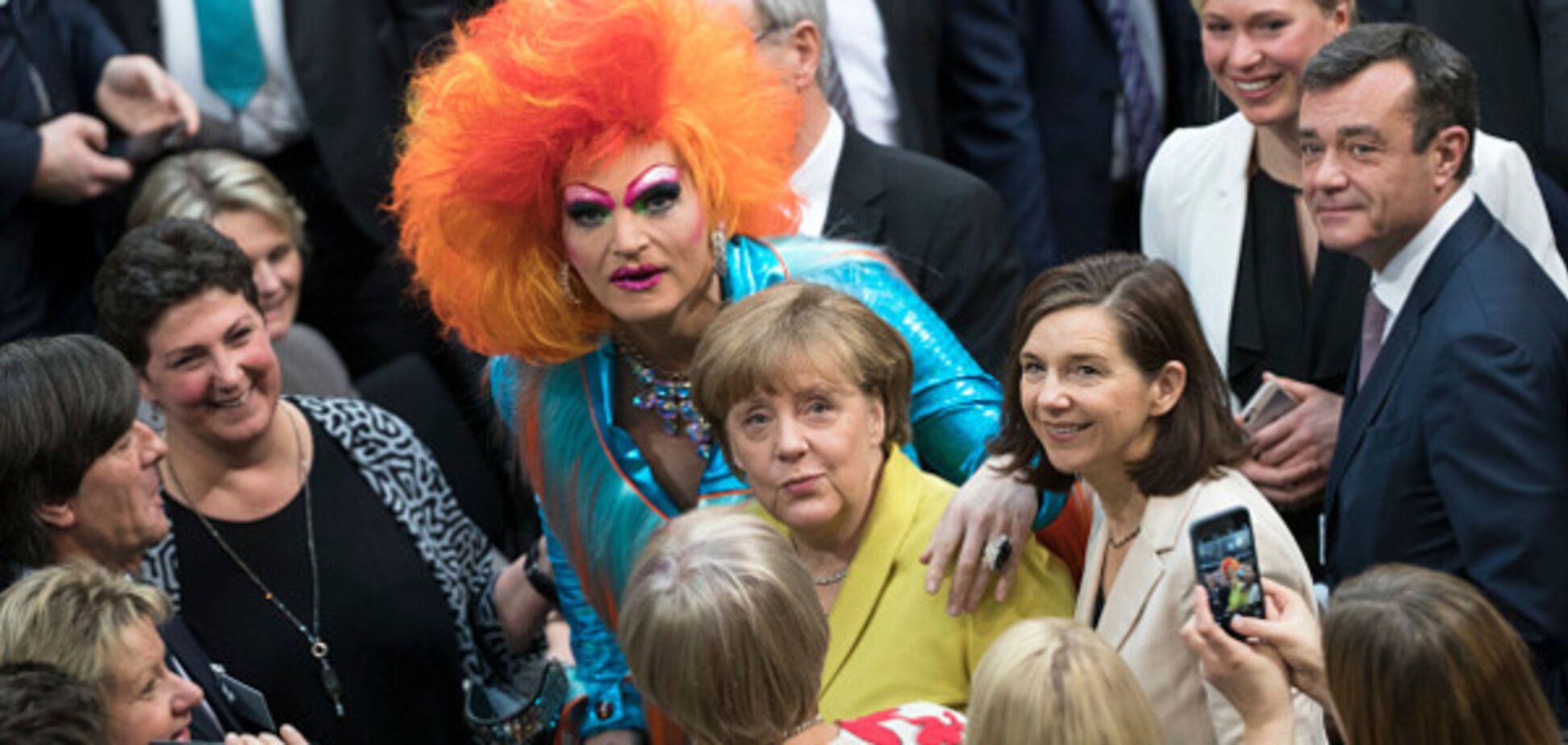 Фото переляканої Меркель з трансвеститом розсмішило соцмережі