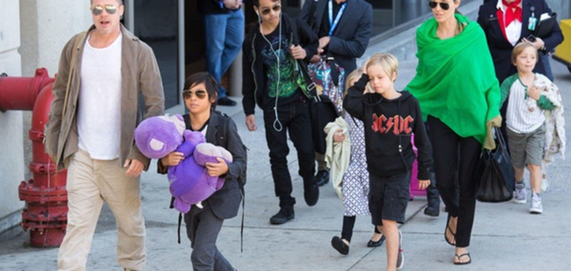 Анджелина Джоли с мужем и детьми