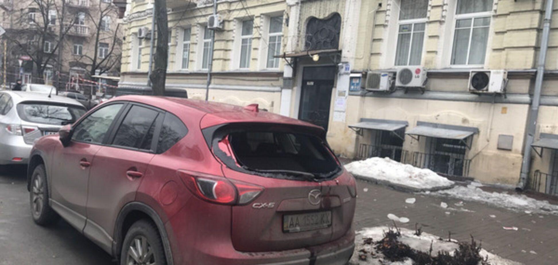 В Киеве ледяная глыба разбила автомобиль
