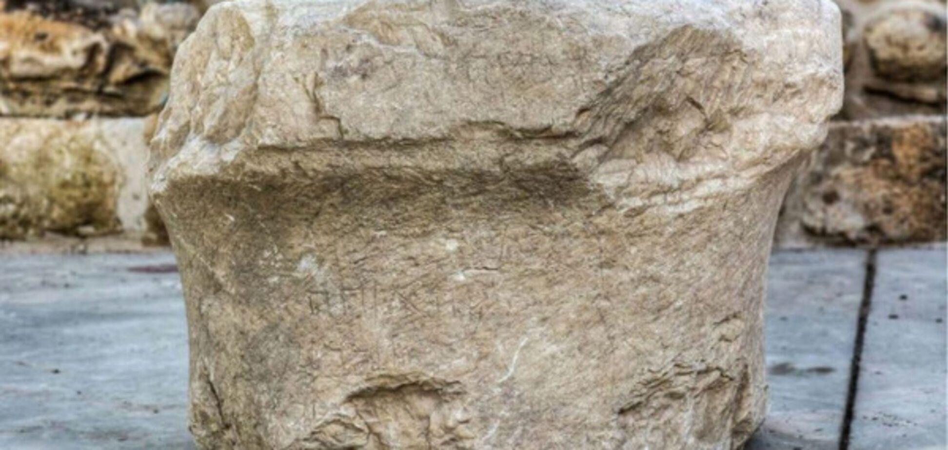 камень с древними надписями на иврите