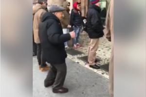 пожилой итальянец зажигательно танцует