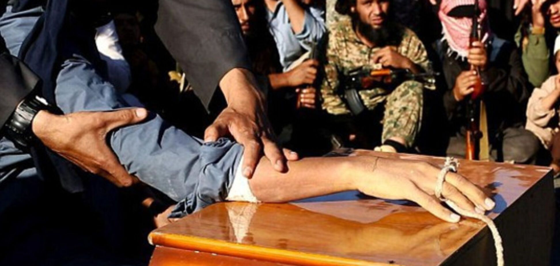 Варвары ИГИЛ отрубили руки двум мальчикам за отказ казнить людей