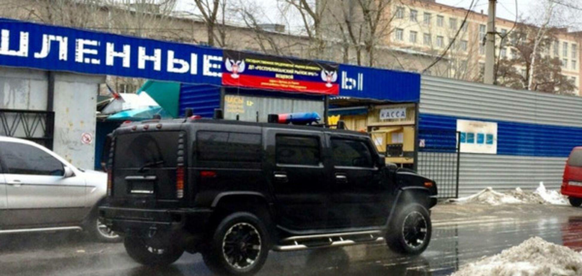 У мережі висміяли американське авто з мигалками у Донецьку