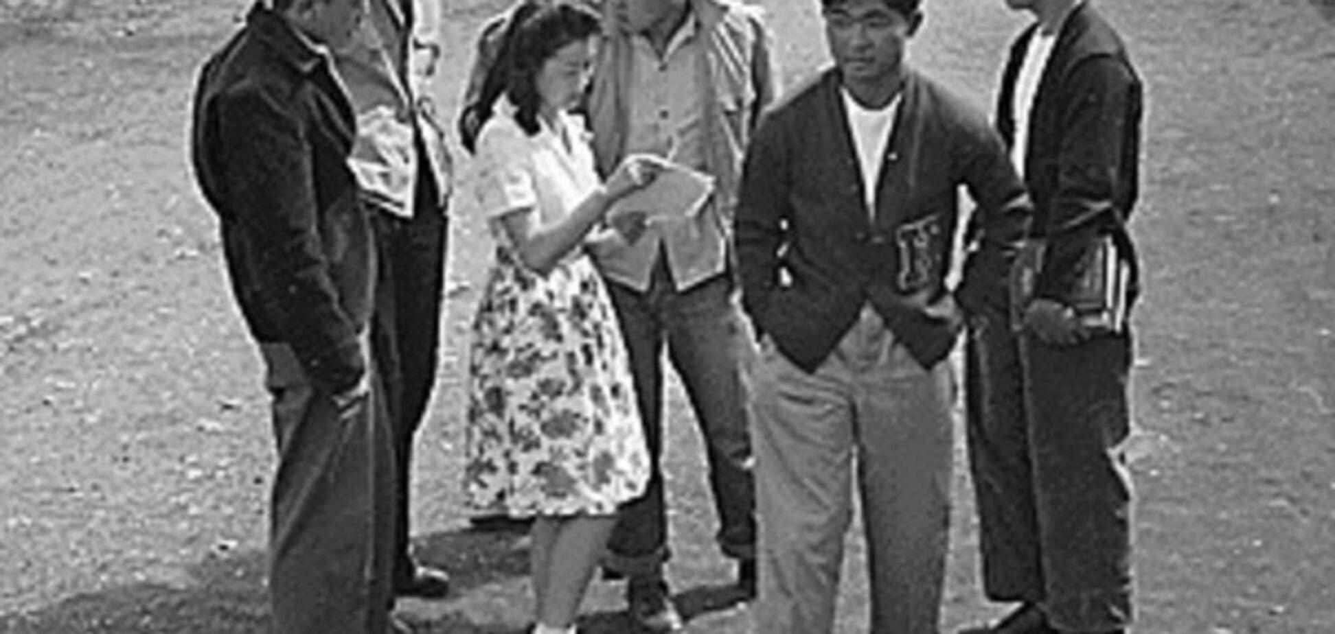 Американские школьники японского происхождения в лагере для переселенцев в Вайоминге