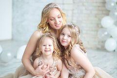 Три принцеси: дружина відомого коміка знялася в казковій фотосесії з дочками