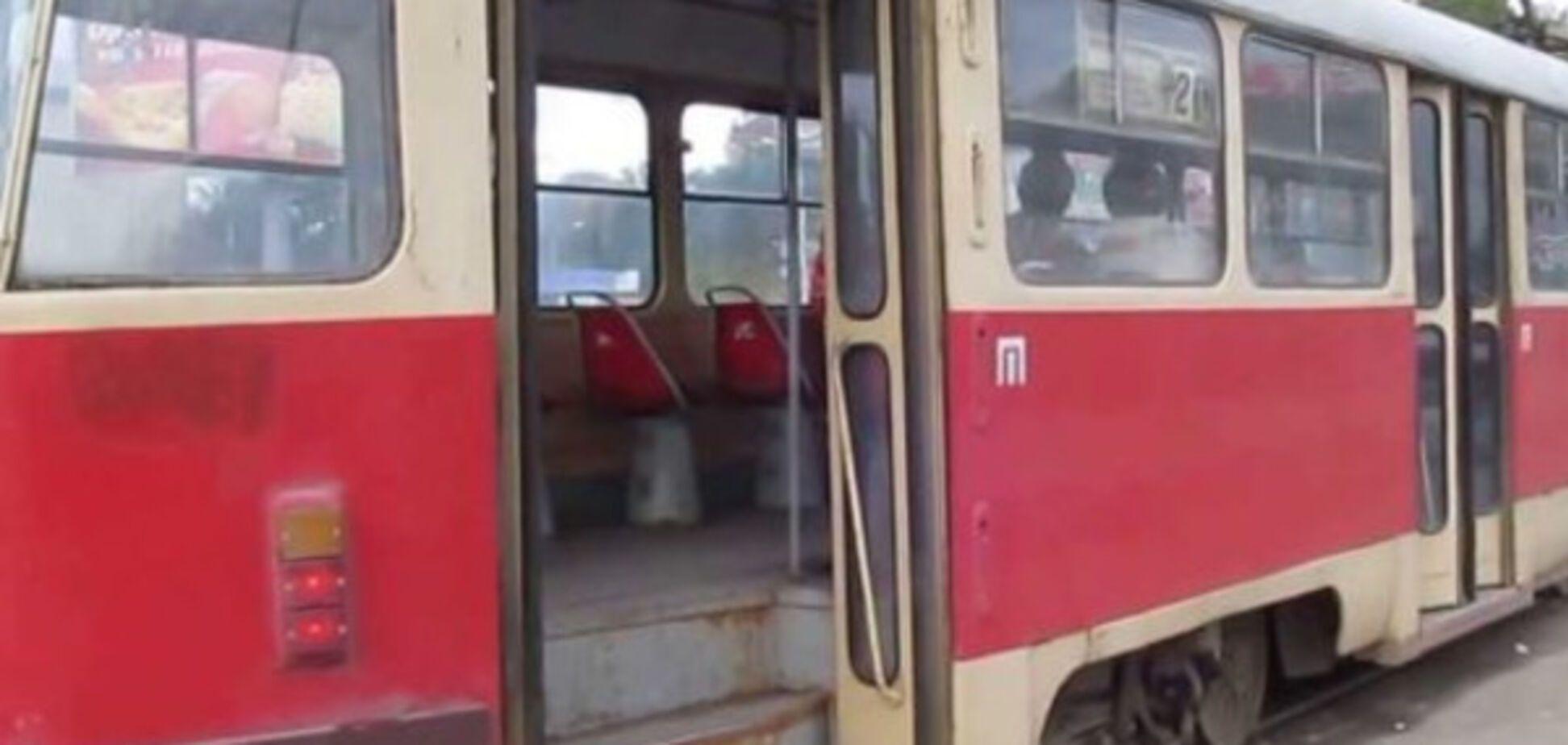 В Запорожье трамвай врезался в легковушку, есть пострадавшие
