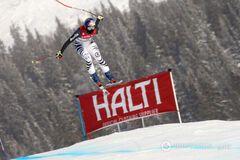 Известная горнолыжница совершила жуткое падение, сбивая головой ворота: видеофакт