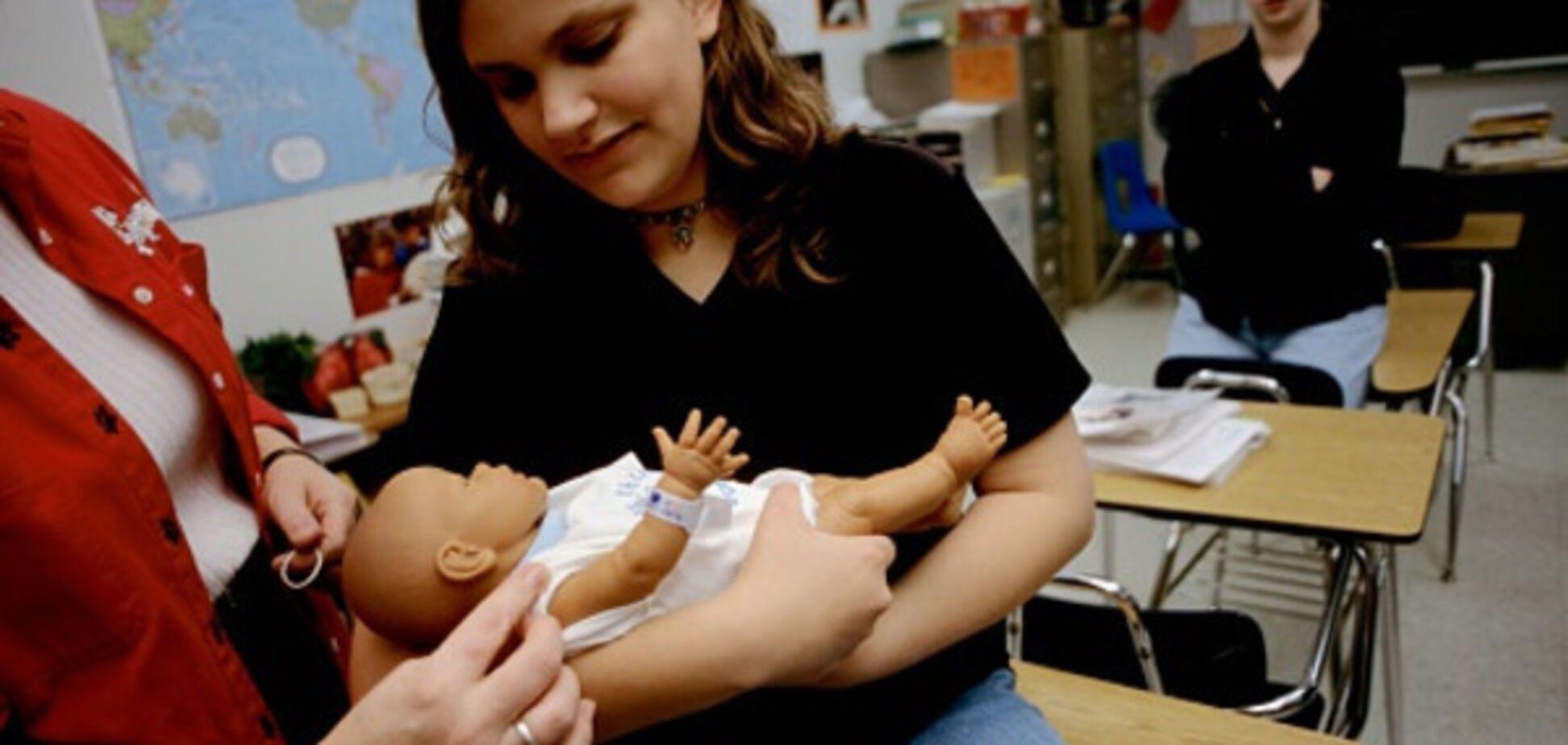 Мама в 16: чому юні українки народжують і як їм допомогти