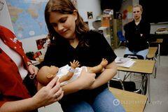 Мама в 16: почему юные украинки рожают и как им помочь