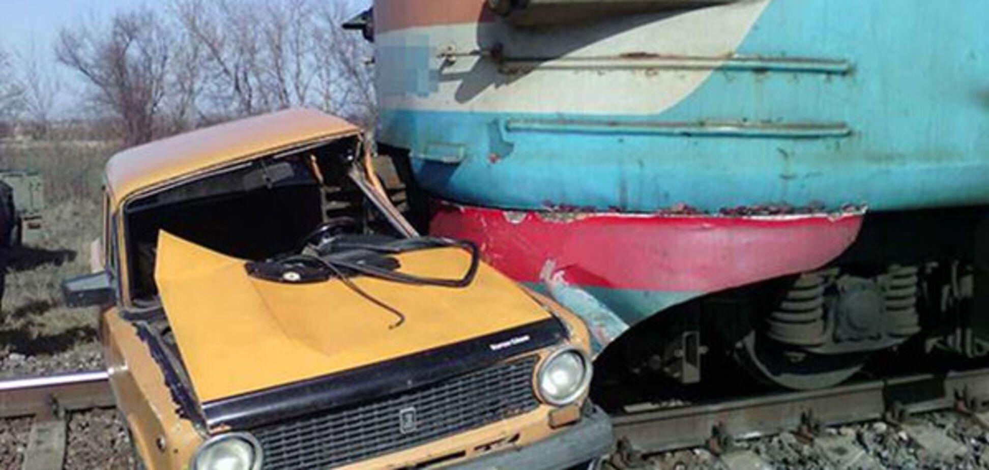 Под Запорожьем произошла трагедия: поезд сбил автомобиль (ФОТО)