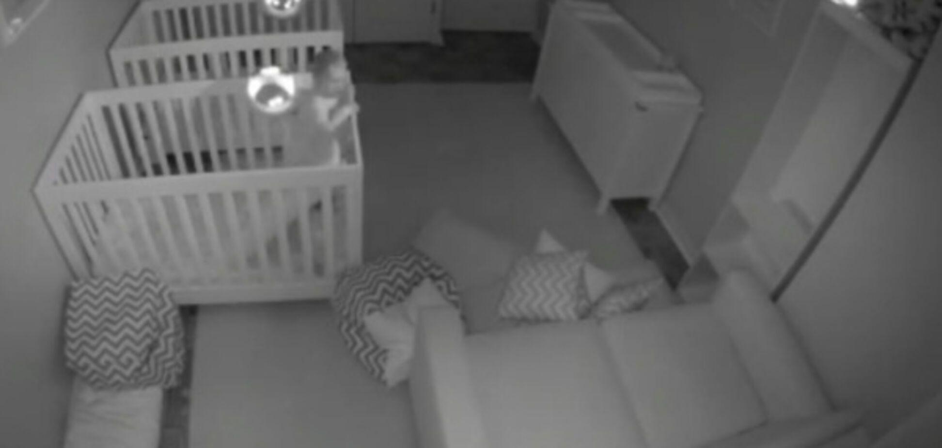 Що малюки вночі витворяють: соцмережі підкорило 'викривальне' відео