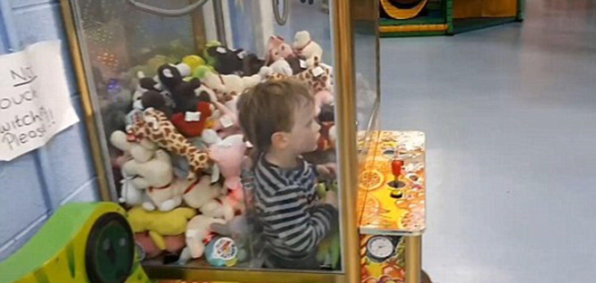 Вижу цель, не вижу препятствий: 4-летний малыш застрял в автомате с игрушками
