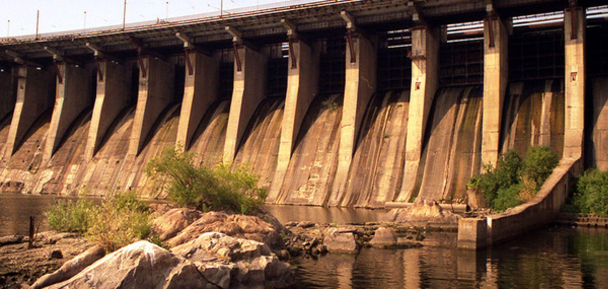Опасный тренд: в Запорожье патрульные предотвратили очередной суицид на плотине Днепрогэса (ВИДЕО)