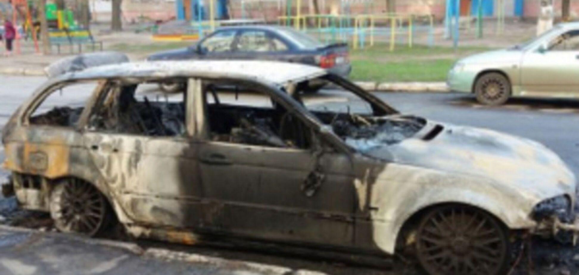 Во дворах многоэтажки почти дотла сгорело авто (ФОТО)