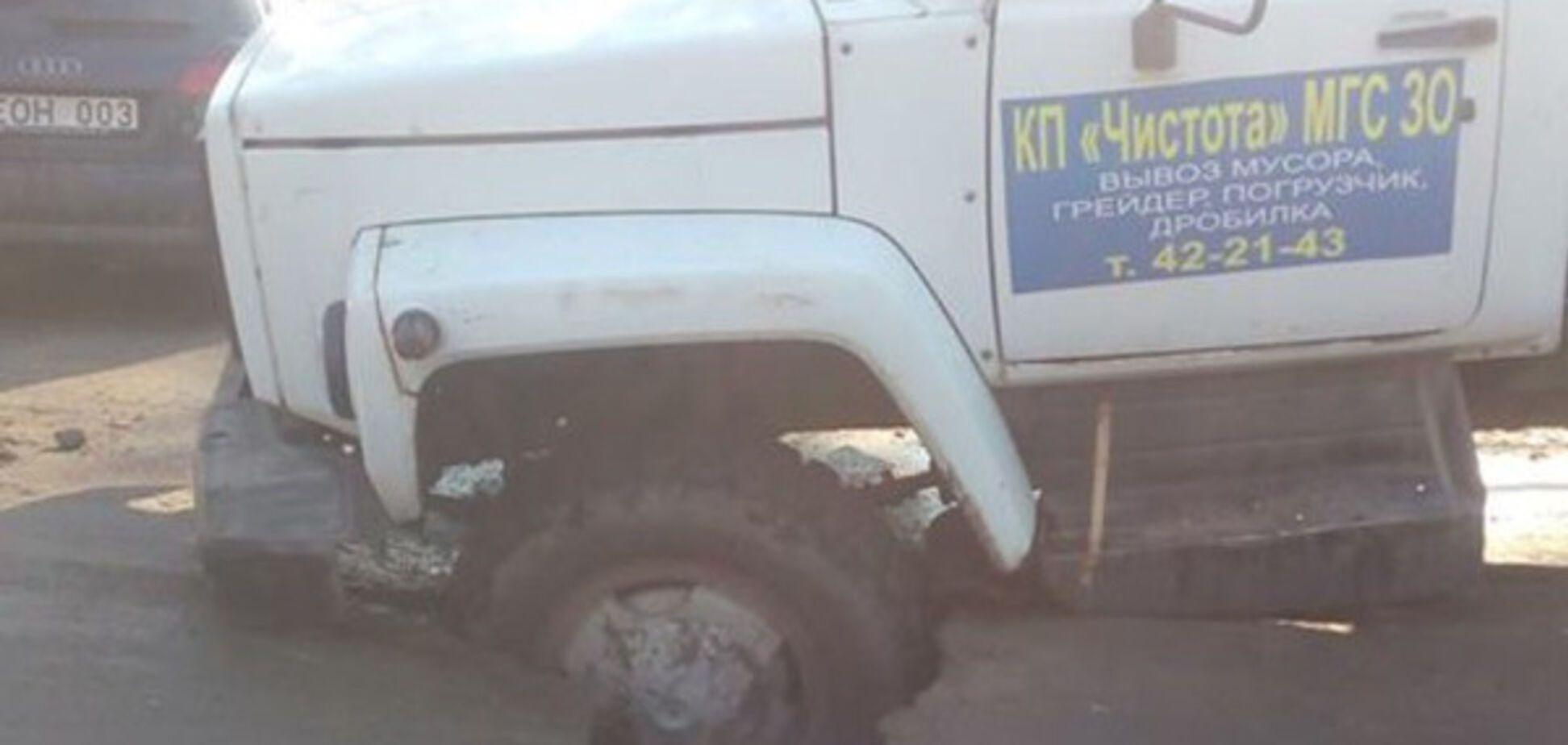 Ирония судьбы: в области грузовик коммунальщиков стал жертвой огромной ямы на дороге (ФОТО)