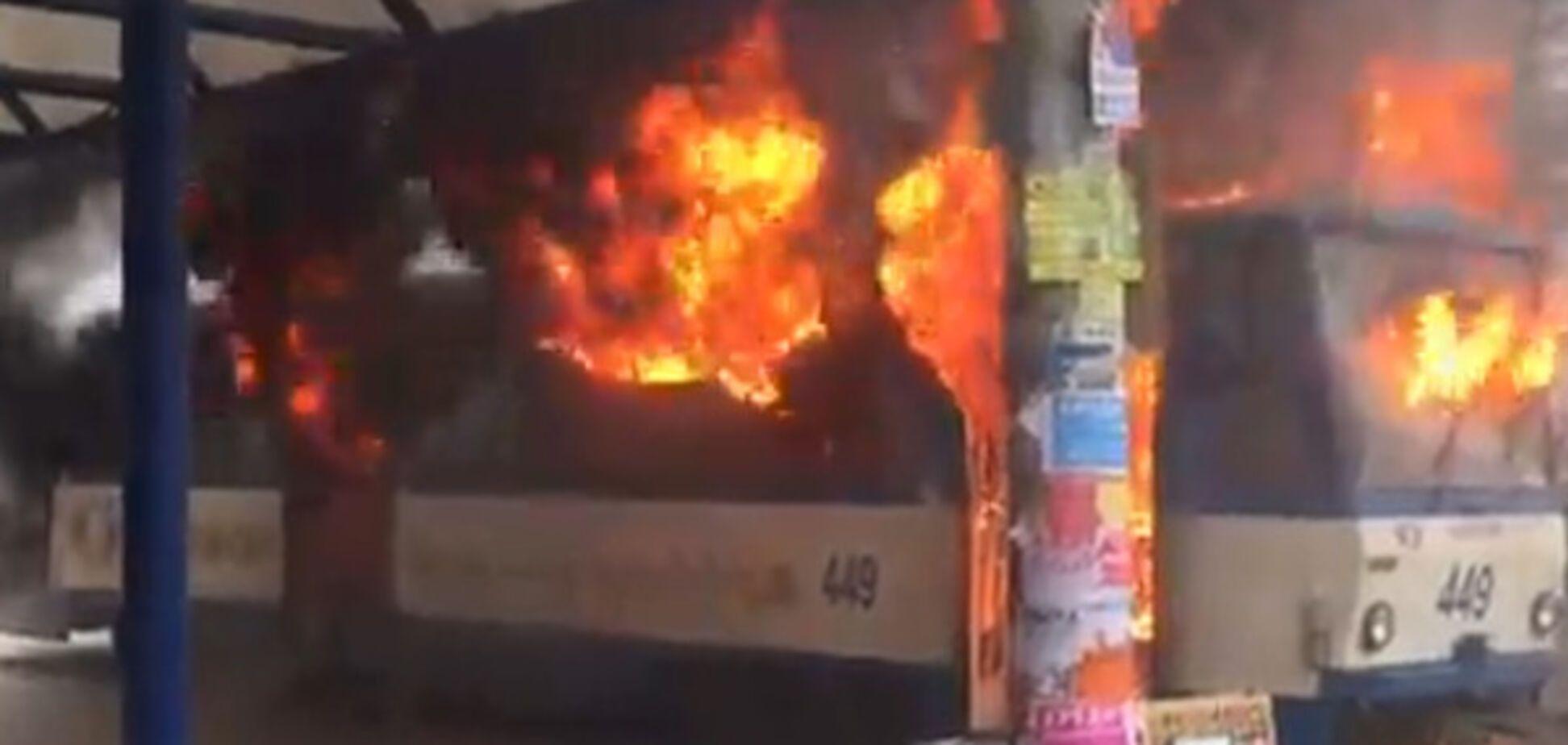 Срочно: в центре Запорожья загорелся трамвай (ВИДЕО)